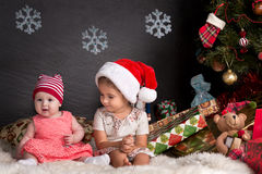 Neonata sveglia che si siede sulla coperta nel Natale interno Fotografie Stock