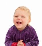 Neonata sveglia che sorride sulla priorità bassa bianca Immagine Stock