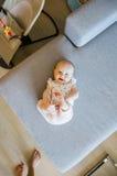Neonata sveglia con gli occhi azzurri che giocano sul sofà fotografie stock libere da diritti