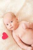 Neonata sveglia con il cuore del biglietto di S. Valentino Immagini Stock Libere da Diritti