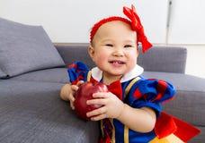 Neonata sveglia con la mela immagine stock libera da diritti