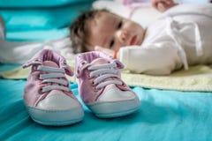 Neonata sveglia con le scarpe rosa Fotografia Stock