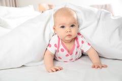 Neonata sveglia a letto a casa bedtime immagini stock