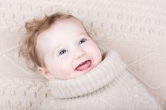 Neonata sveglia in maglione tricottato sulla coperta tricottata Immagini Stock Libere da Diritti