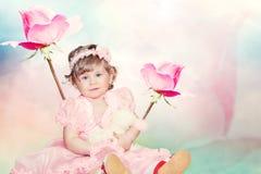 Neonata sveglia sul fondo rosa delle rose Immagini Stock Libere da Diritti