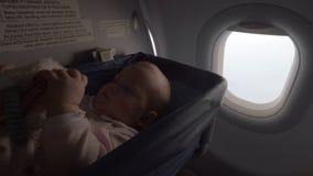 Neonata in una culla su un aeroplano archivi video