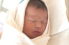 Neonato addormentato nella vita di due giorni Immagini Stock Libere da Diritti