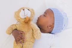 Neonato adorabile che dorme pacificamente con l'orsacchiotto Fotografia Stock Libera da Diritti