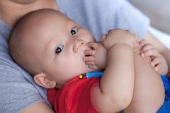 Neonato adorabile che succhia le sue dita del piede Fotografie Stock Libere da Diritti
