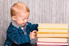 Neonato adorabile con un mucchio dei libri Fotografia Stock Libera da Diritti