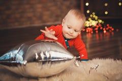Neonato adorabile in costume di Santa Claus per il Natale che gioca spirito Fotografia Stock