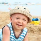 Neonato adorabile sulla spiaggia Fotografie Stock
