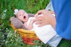 Neonato asiatico Bambino adorabile e piccolo bambino del genitore fotografia stock