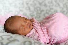Neonato asiatico che dorme in panno rosa Fotografie Stock Libere da Diritti
