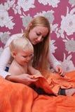 Neonato biondo a casa Immagini Stock