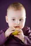 Neonato caucasico sveglio. Fotografia Stock