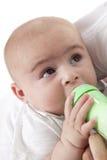Neonato che beve da una bottiglia di bambino fotografie stock libere da diritti
