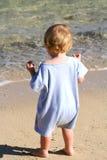Neonato che cammina sulla spiaggia fotografia stock libera da diritti