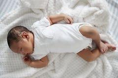 Neonato che dorme in culla della scuola materna immagine stock