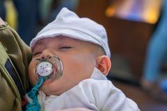 Neonato neonato che dorme durante la sua cerimonia di battesimo Immagine Stock Libera da Diritti
