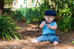 Neonato che gioca con i bastoni Fotografie Stock Libere da Diritti
