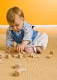 Neonato che gioca con i blocchi Fotografia Stock