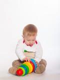 Neonato che gioca con i giocattoli Fotografie Stock Libere da Diritti