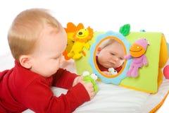 Neonato che gioca con i giocattoli Immagini Stock Libere da Diritti