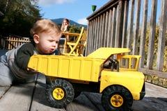 Neonato che gioca con il camion Fotografia Stock Libera da Diritti