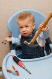 Neonato che gioca con il martello Immagine Stock