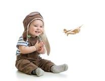 Neonato che gioca con l'aereo di legno fotografia stock libera da diritti