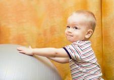 Neonato che gioca con la sfera di misura Fotografia Stock Libera da Diritti