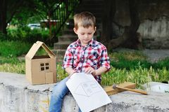 Neonato che gioca nel costruttore Fotografia Stock