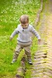 Neonato che gioca nella sosta Fotografie Stock Libere da Diritti