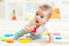 Neonato che gioca nella stanza di bambini Immagini Stock Libere da Diritti