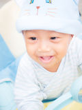 Neonato che gioca peek un fischio Fotografie Stock Libere da Diritti
