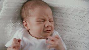 Neonato che grida a letto stock footage