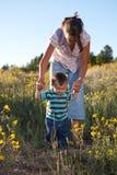 Neonato che impara camminare Fotografia Stock Libera da Diritti