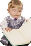 Neonato che legge un libro Immagini Stock Libere da Diritti