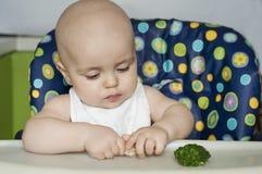 Neonato che mangia le verdure Fotografia Stock