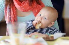 Neonato che mangia pezzo di pane Fotografia Stock