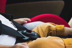 Neonato che si siede in una sede di automobile immagine stock
