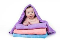 Neonato che si trova su una pila di asciugamani Fotografia Stock