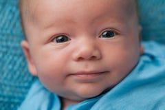 Neonato con gli occhi azzurri Immagini Stock Libere da Diritti