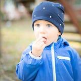 Neonato con il cappuccio al parco Fotografia Stock