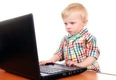 Neonato con il computer portatile Fotografia Stock