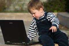 Neonato con il computer portatile Fotografie Stock Libere da Diritti