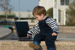Neonato con il computer portatile Fotografia Stock Libera da Diritti