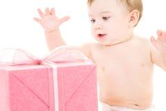 Neonato con il contenitore di regalo Immagini Stock Libere da Diritti