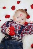 Neonato con il cuore dei biglietti di S. Valentino Fotografie Stock Libere da Diritti